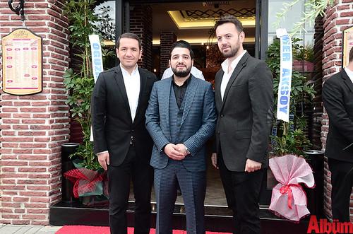 Mehmet Tanrıtanır, mekanın dekorasyon ve mimarisini üstlenen Kamburoğlu Mimarlık & Mühendislik şirketinin sahiplerinden Mimar Can Kamburoğlu ve Cihan Kamburoğlu'ya birlikte Albüm için poz verdi.