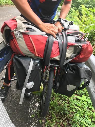 マルコスが澤村のサイドバッグを持つことに