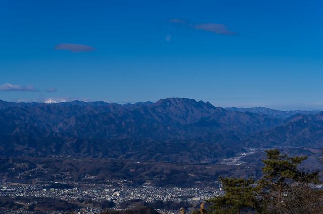眼下の秩父市街と赤岳と両神山@丸山