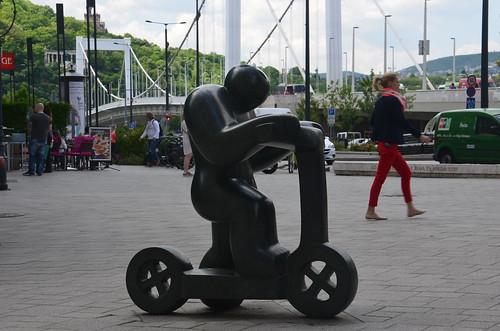 Ein Rollerfahrer aus Granit