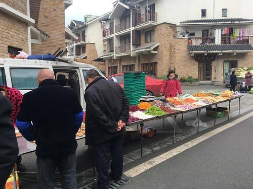 朝市。お菓子の量り売り