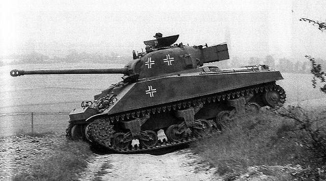 Αιχμάλωτο αμερικανικό Sherman Firefly με την γερμανική ναζιστική σβάστικα.