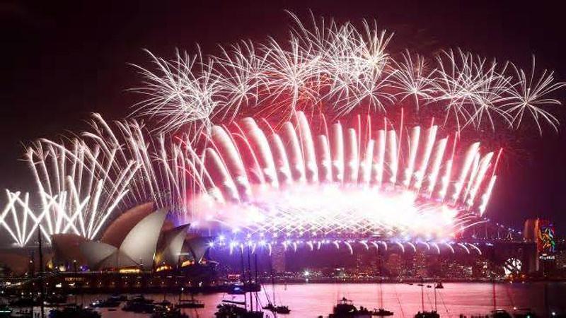 Pertunjukan kembang api spektakuer di Pelabuhan Sydney menyambut Tahun Baru 2018.