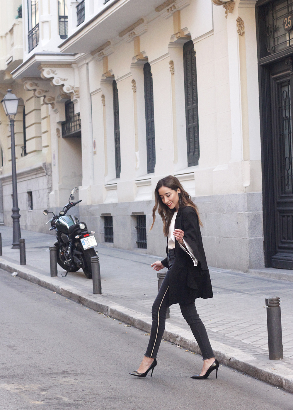 black blazer with flared sleeves black jeans with golden stripe uterqüe heels style outfit fashion01