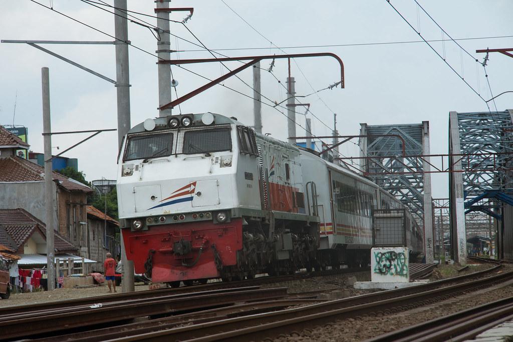 CC 203  ( 32 I GE U20C); KA Jayakarta Premium; PJL 81 (Near Stasiun Bekasi)