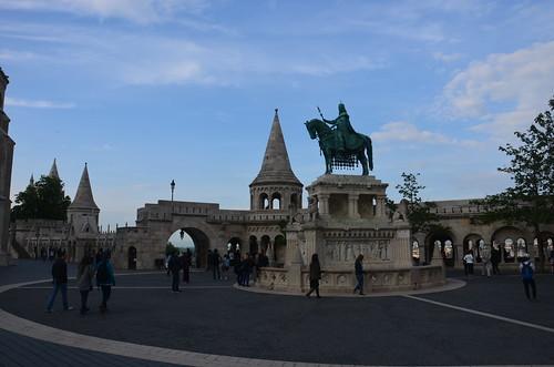 In der Mitte das Standbild Stephans I vor der Fischerbastei.