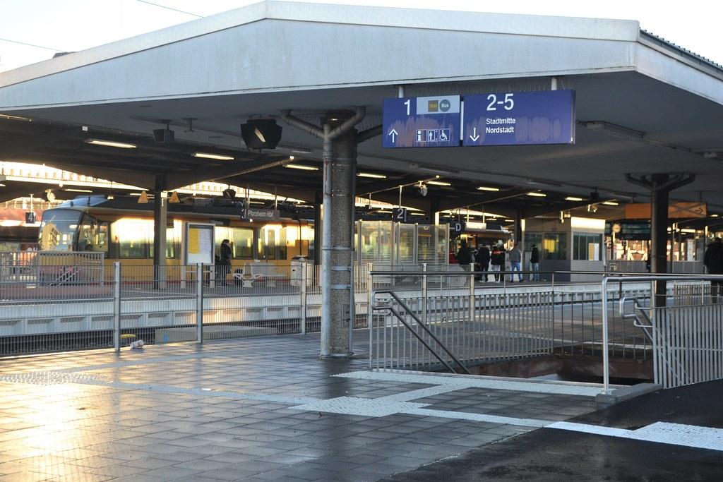 Pforzheim: Noch schnell Rucksack holen - Fahrgast stürzt zwischen Bahnsteig und Straßenbahn - 01.01.2018