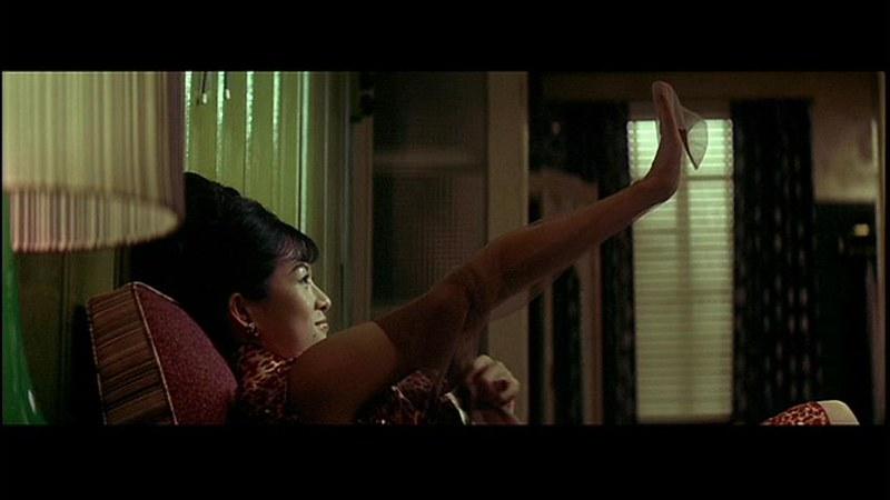 パイ・リン演じるチャン・ツィイーが引越し直後に隣人からガーター・ストッキングをプレゼントしてもらって喜んでいる場面。