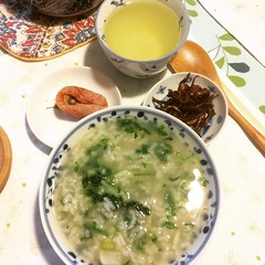 On the 7th of January we eat nanakusagayu, a rice porridge with 7 herbs. We eat this to rest from all the holiday eating and to wish for a healthy year❤︎ ・ ・ ・ #七草粥 #釘煮 #市田柿 #茎茶 #大阪 #nanakusagayu #kugini #ichidagaki #kukicha #osaka #japan