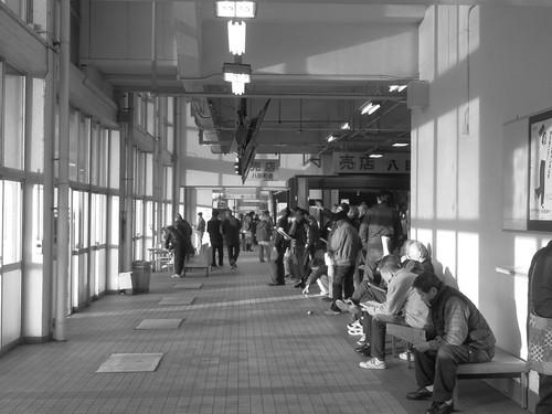 金沢競馬場のスタンド1階モノクロ