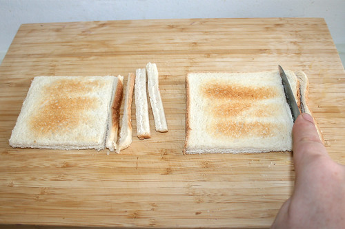 64 - Getoastetes Weißbrot entrinden / Remove crust from toasted bread