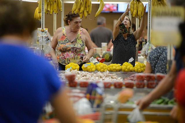 Segundo cálculos do Dieese, o salário mínimo ideal para sustentar uma família de quatro pessoas seria de mais de R$ 3,7 mil - Créditos: Tânia Rego/ABr