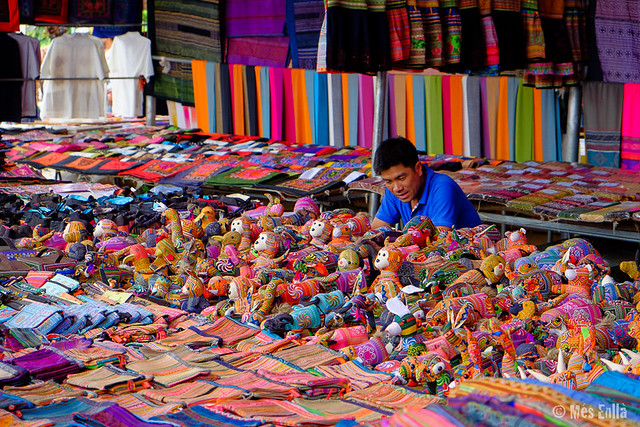 Venta de artesanía local en el mercado de Bac Ha