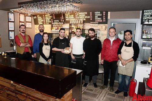 Enberi kafe ekibi hep birlikte Albüm için poz verdi.