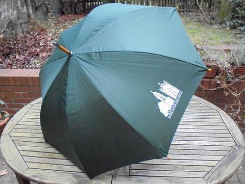 Regenschirm mit Kirchenlogo
