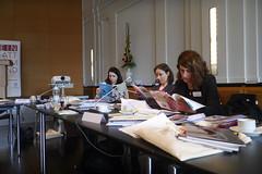 Michelle Grebe, junge Journalistin und Judit Lodemann und Nina Große von der Werner-Bonhoff-Stiftung beim schmökern.