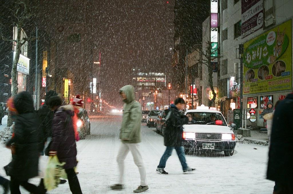 札幌 Sapporo Japan / FUJICOLOR PRO 400H / Nikon FM2 綠燈通行,我在馬路邊拍下雪、路人、車子。  我喜歡這樣的構圖,滿滿的畫面。  下次拍成影片看看!  Nikon FM2 Nikon AI AF Nikkor 35mm F/2D FUJICOLOR PRO 400H 8271-0036 2016-02-02 ~ 2016-02-03 Photo by Toomore
