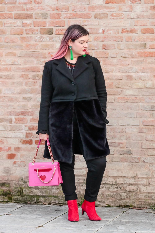 Outfit plus seize curvy con blusa ricamata, jeans neri e cappotto handmade (6)