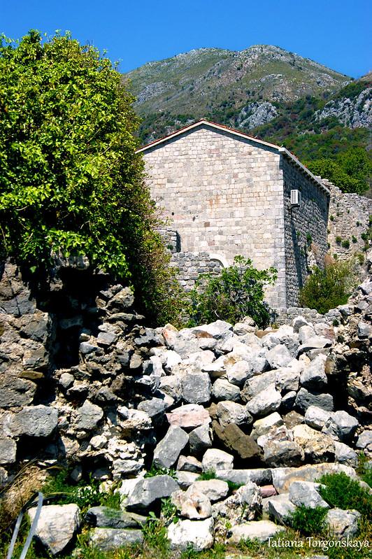 Руины и церковь Св. Венерады