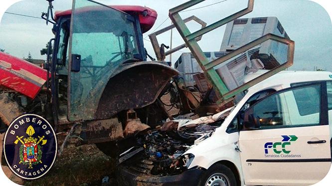 Rescatan a una mujer atrapada en su vehículo tras colisionar con un tractor