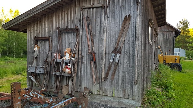 Photo:Randoällärit: old skis on a shed By hugovk