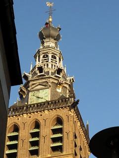 St. Stevenskerktoren met rechts onder de balkonrand twee steigergaten met afdekplaatjes voor Gierzwaluwen.