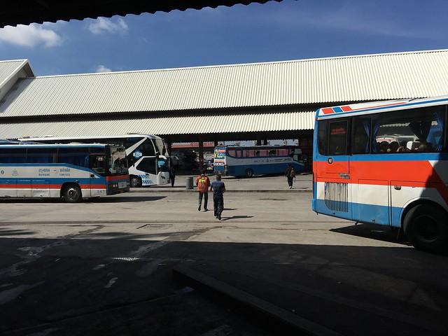 バス乗り場もまっすぐ突っ切って