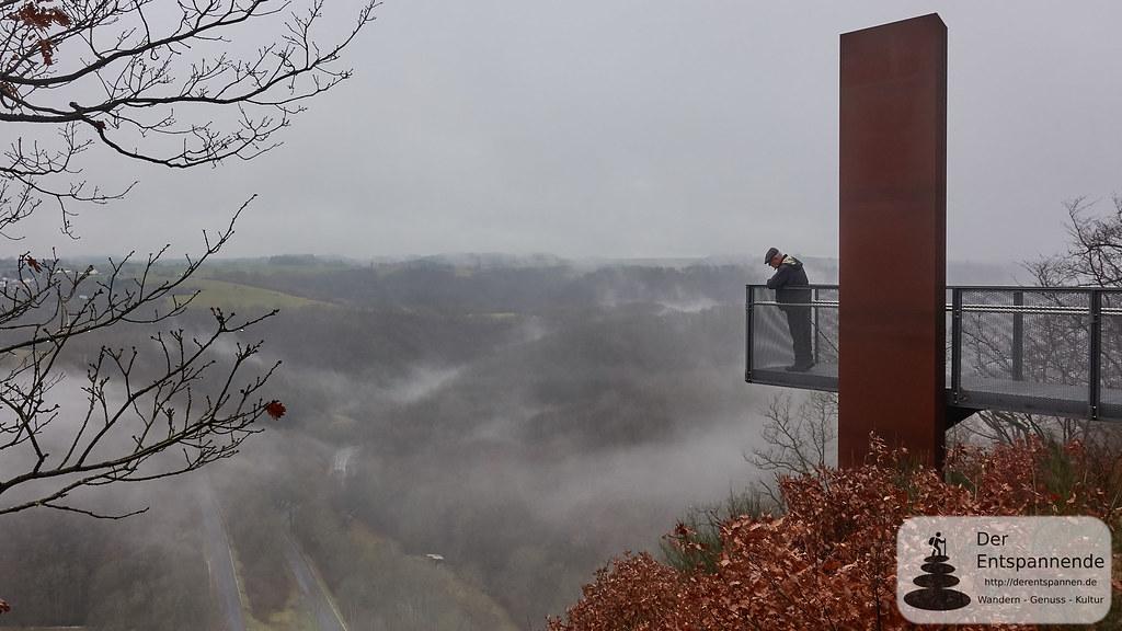 Blick ins Siebenbachtal: Maarwanderer Herbert Peck auf dem Skywalk Achterhöhe