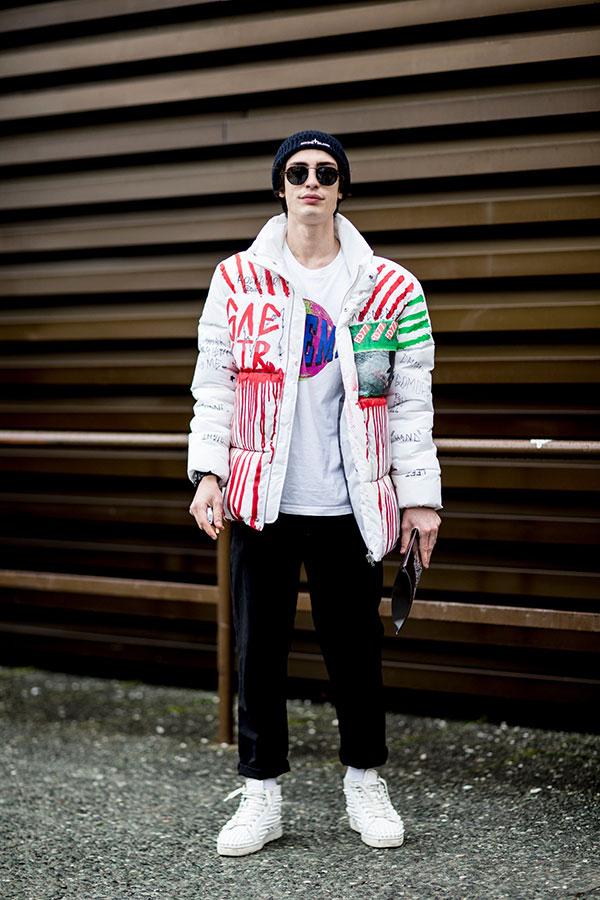 黒ニットキャップ×白ダウンジャケット×白Tシャツ×黒パンツ×白ハイカットスニーカー