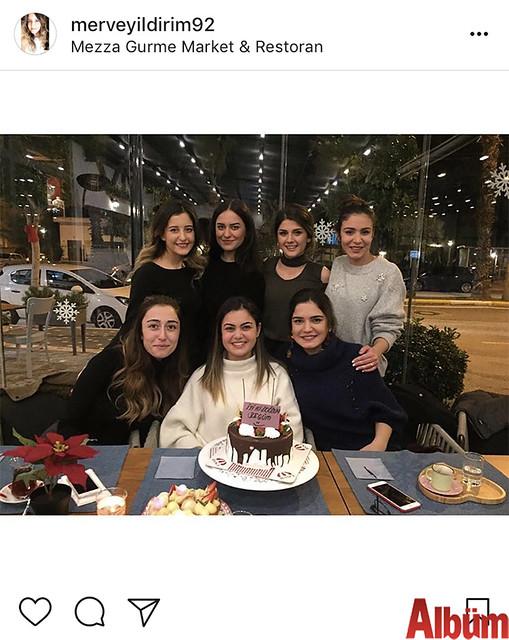 Merve Yıldırım, yakın dostu Mimar Begüm Yelken'in Mezza Gurme Restoran'da düzenlenen doğum günü partisinden bu fotoğrafı paylaştı.