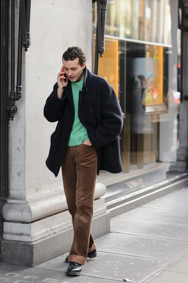 ネイビーPコート×ライトグリーンセーター×ブラウンコーデュロイパンツ×黒レースアップブーツ