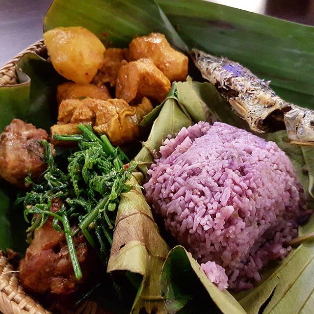 Performance + traditional KadazanDusun food at D'Place Kinabalu, Plaza Shell. Sedap bah😁