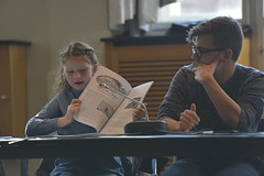 Frieda Rudolph und Robert Lampe stellen eine der Gewinnerzeitungen der Kategorie Hauptschulen vor.