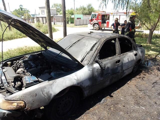 Feroz incendio destruye dos automóviles