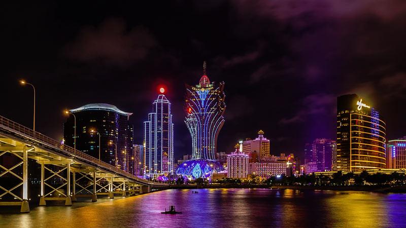 Pemandangan malam di Sungai Nam Van, Makau, Tiongkok.