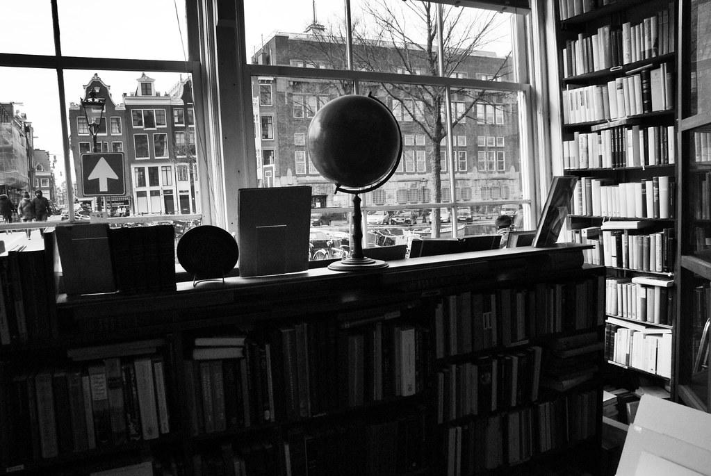 Belles librairies à Amsterdam, photo depuis l'intérieur de l'Antiquariaat Brinkman.