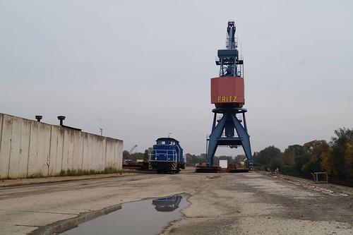 345 104 der Lappwaldbahn im Hafen von Roßlau