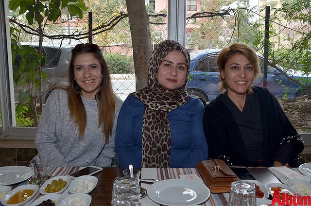 Kendi evinde ev yemekleri üreten ve satan Sibel Bozkurt, Aysel Çetin, Fatma Aksoy
