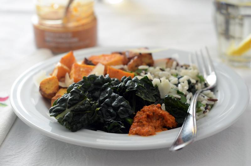 Salada quente de batata-doce e tofu (com molho chimichurri vermelho)