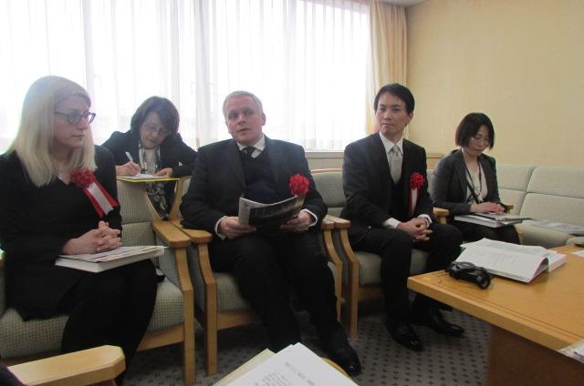 記者内覧会で展示内容を解説する郡山市立美術館主任学芸員の富岡進一さん(右から2人目)