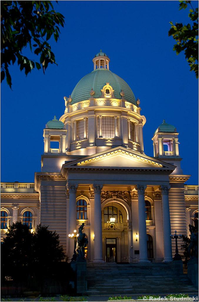 Serbski parlament nocą
