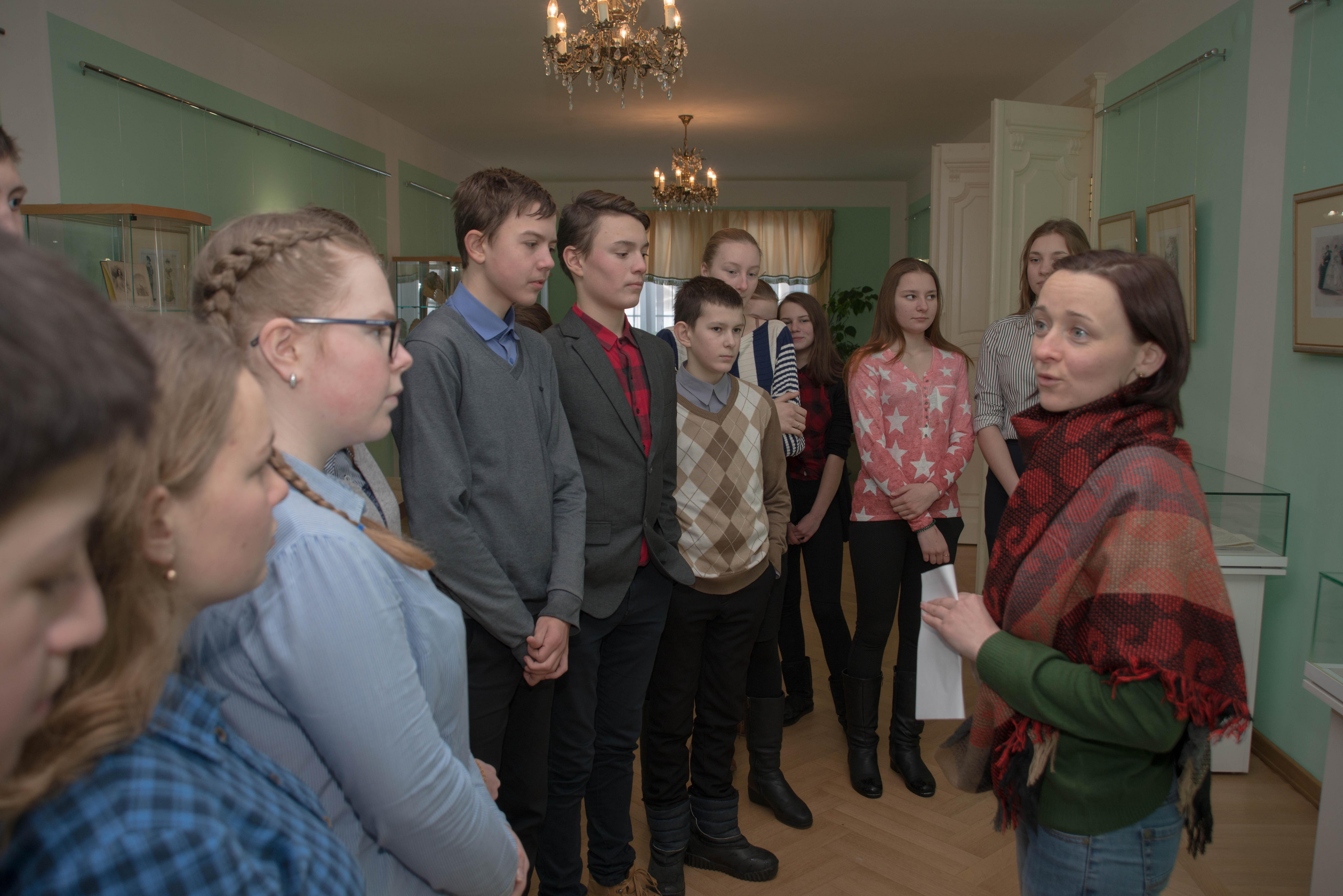 Экскурсовод Федорова М. со школьниками на выставке «Наряды необходимы счастью женщины, как цветы весне...»