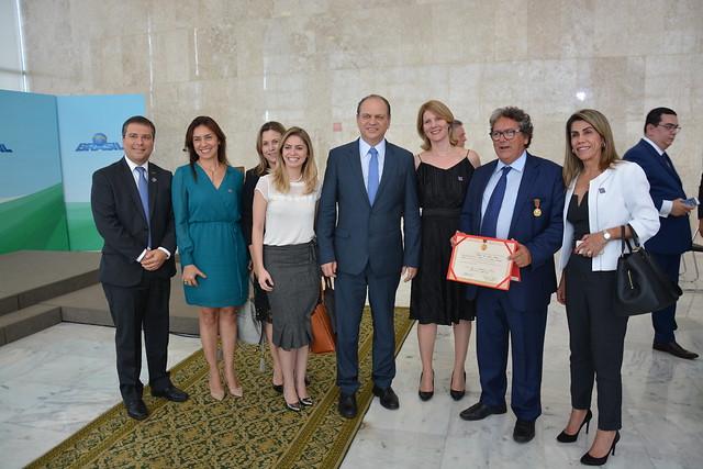 Presidente da Ebserh recebe a mais importante distinção por sua contribuição à saúde pública