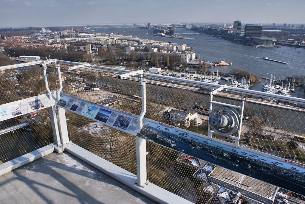 > Vue panoramique sur l'est d'Amsterdam depuis l'A'dam Lookout.