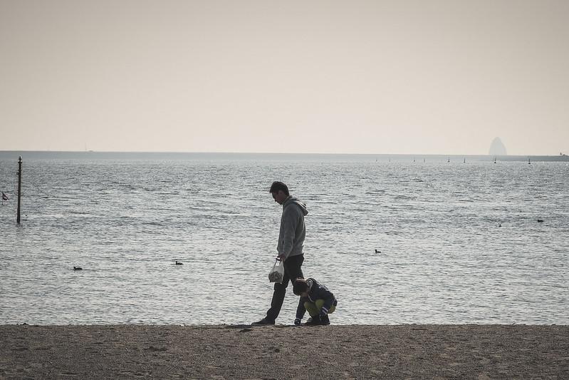 砂浜を歩く親子