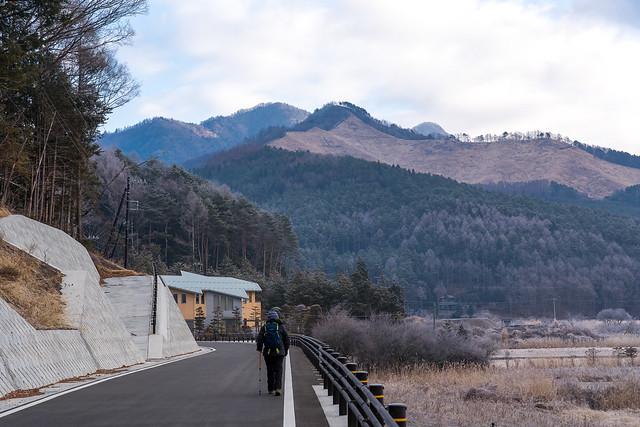 高座山と杓子山を眺めながら歩く