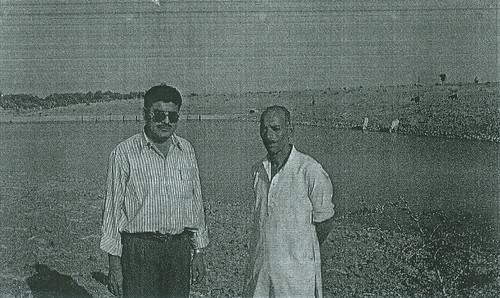 लुनियाखेड़ी में जल संरचना के पास खड़े हैं राष्ट्रीय मानव बसाहट एवं पर्यावरण केन्द्र के श्री मुकेश बड़गइया व पानी समिति अध्यक्ष श्री रामेश्वर शर्मा