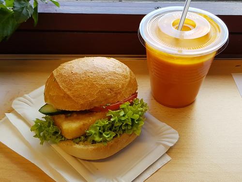 Brötchen mit Bratkäse und Karotten-Orangen-Ananas-Kokos-Smoothie (aus der Cafeteria der Universität Oldenburg)
