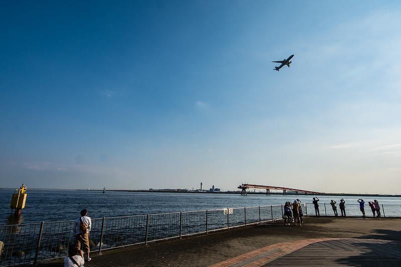 広角レンズで撮影した城南島海浜公園と飛行機2枚目