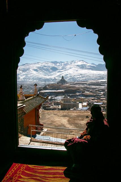 A monk in Kandze Monastery, Garzê カンゼゴンパの僧と美しい甘孜の雪山